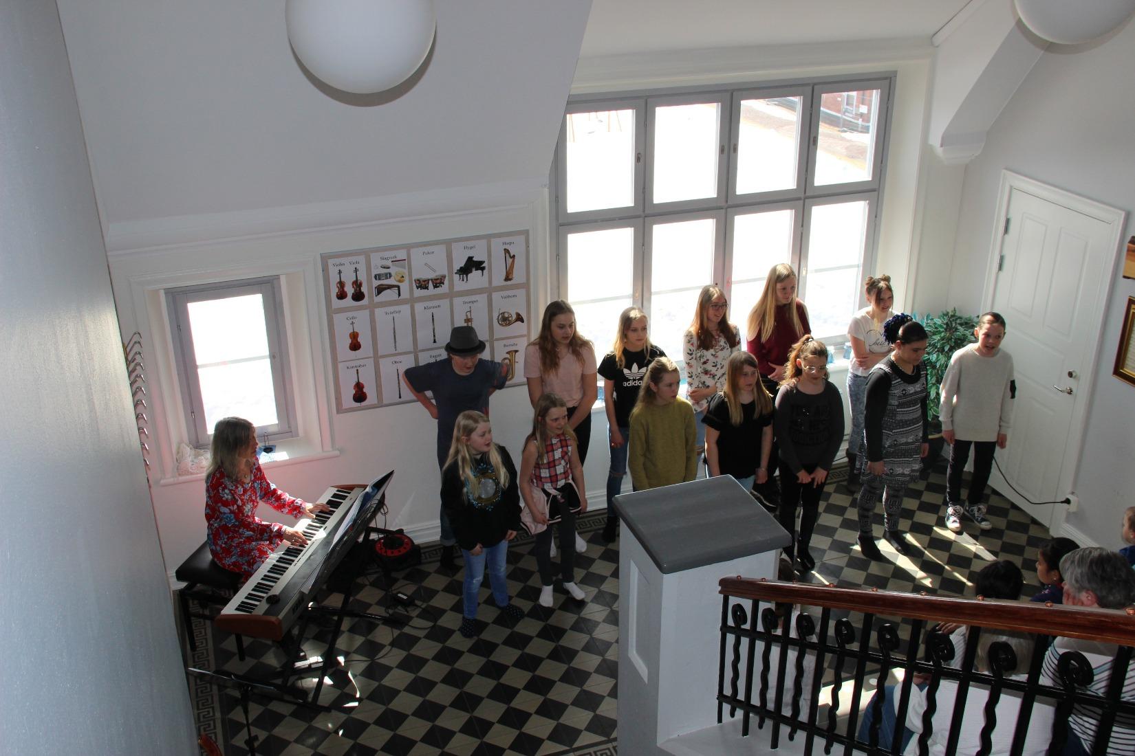 2018-04-14 - Musikskolans dag. Mellanstadiekören sjöng på Musikskolan